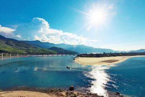 Biển Lăng Cô Huế nổi tiếng có các điều kiện tự nhiên và phong cảnh đẹp nhất ở Việt Nam