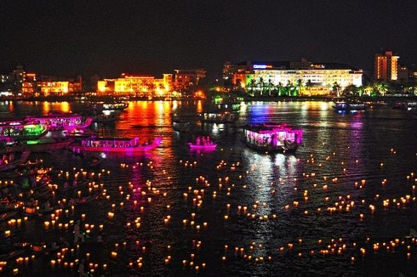 Thả đèn hoa đăng trên sông Hương Huế