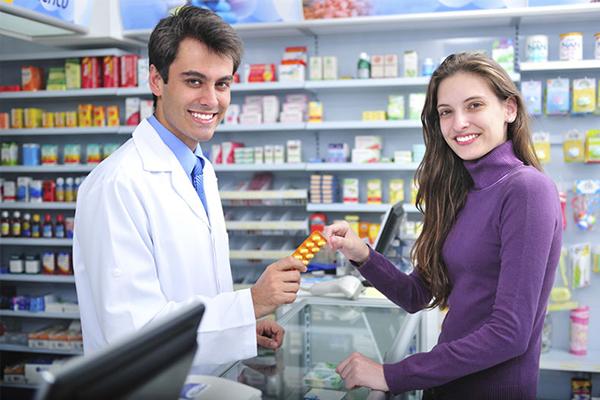 Bán thuốc cũng là một trong những công việc của ngành Dược